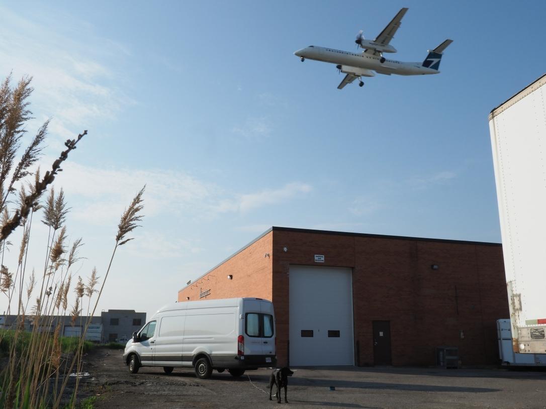 WestJet Q400 Near Furpect